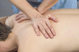 Kiropraktor behandler pasient med justering